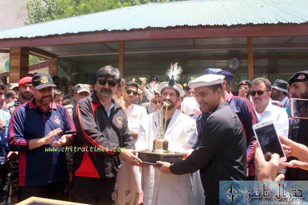 dpo chitral presenting sovinior to cricter yasir2